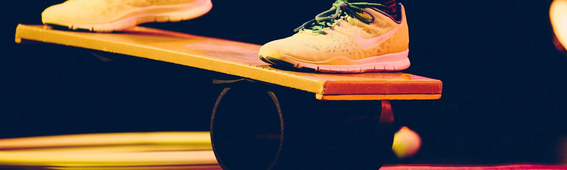 Ein Bild von Füßen eines Jungen auf einer Rola Bola